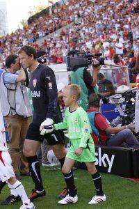 Bild Jens Lehman (VfB Stuttgart) mit TorspielerTheo als Einlaufkind