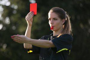 Bild: Die polnische Schiedsrichterin Karoline Bojar zeigt rot