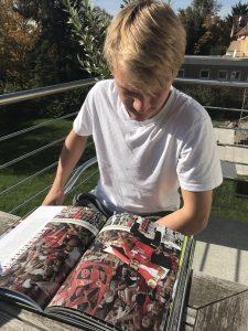"""Bild von einem schönen September-Tag 2017: TorspielerTheo liest """"Die 100 besten Torhüter im Fußball"""" auf dem Balkon"""