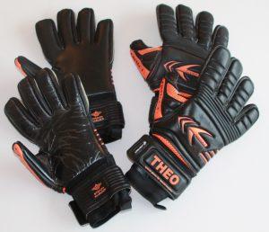 Bild Neue Torwarthandschuhe: Unten hat der Handschuh noch seine Schutzfolie. Oben wurde die Schutzfolie entfernt.