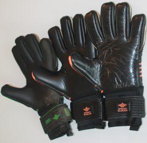 Bild Torwarthandschuhe Life cycle: Rechts der neue Handschuh, Mitte der Spielhandschuh, links der Trainingshandschuh