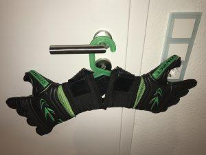 Bild Torwarthandschuhe werden auf dem Bügel getrocknet. Gute Handschuhe nie in die Sonne hängen oder mit einem Fön trocknen.