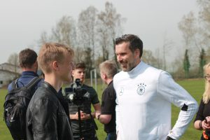 """Bild Marc Ziegler (DFB-Torwartkoordinator und """"Chef-Ausbilder"""" für die Nachwuchstorhüter) und TorspielerTheo im Gespräch"""