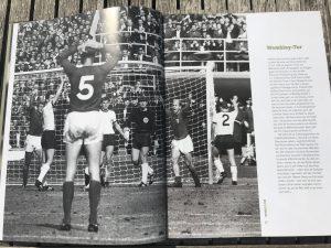 Foto von der Seite mit dem Webleytor im Buch die 100 spektakulärsten Fehlentscheidungen im Fußball