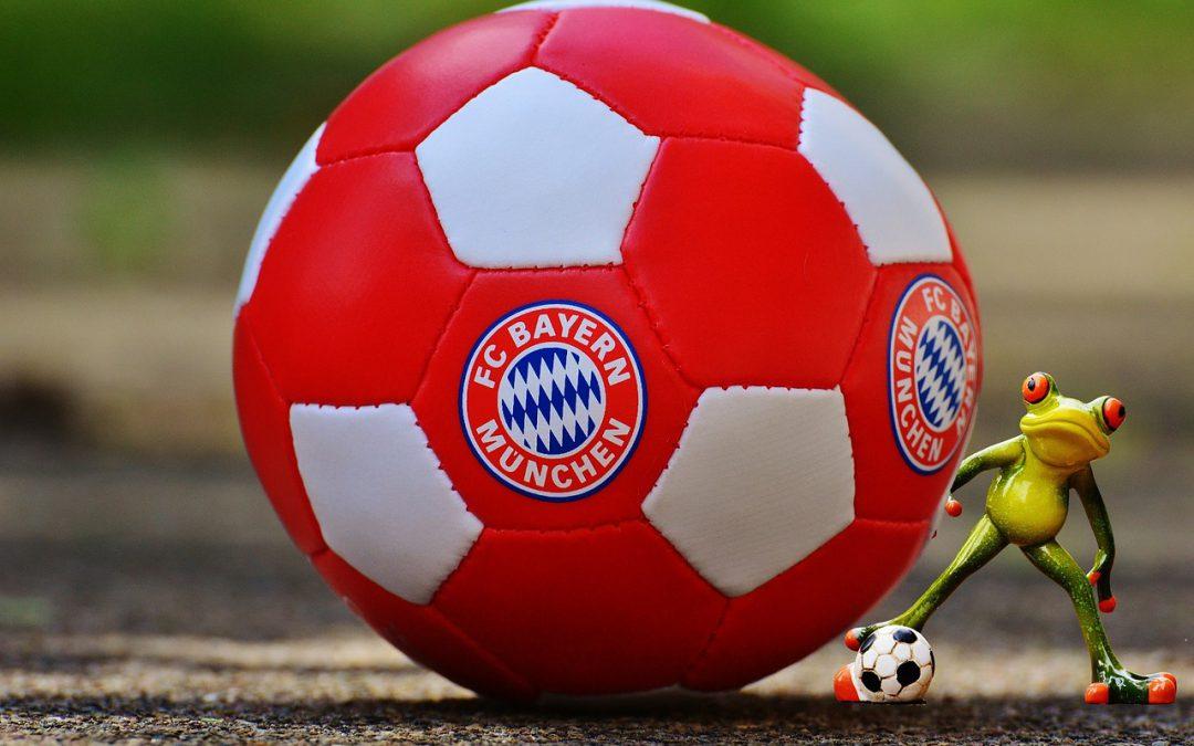 Foto Fußball vom FC Bayern München mit einem Frosch