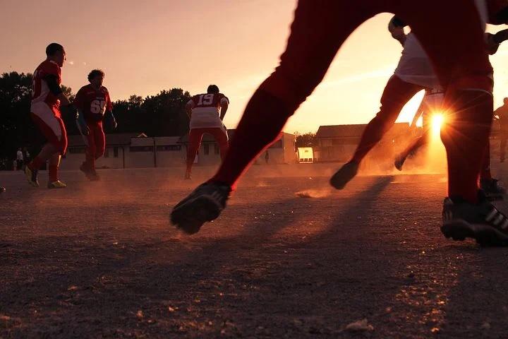 Fussball bei Sonnenuntergang